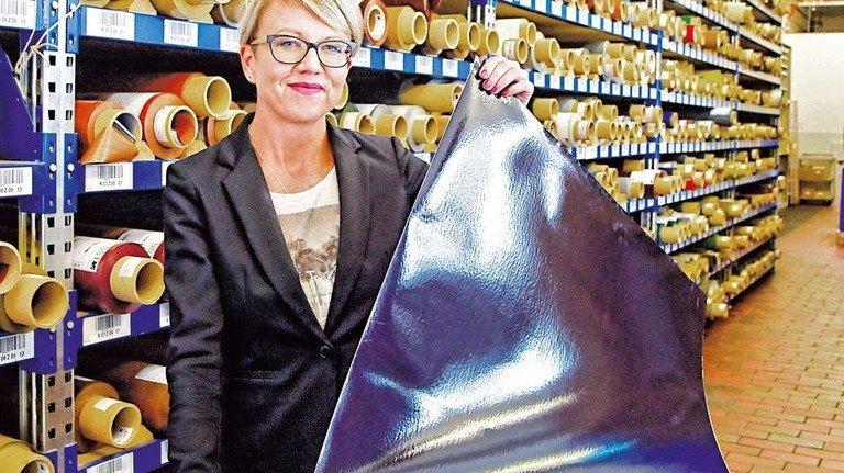 """Glänzend: Managerin Laura Schied präsentiert die maritime Folie """"Dolphin"""". Foto: Sandro"""