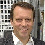 Mann mit Power: Volker Roßmann, Geschäftsführer von Eltek Deutschland in Frankfurt, an einem Anlagesystem für das Telefonnetz.
