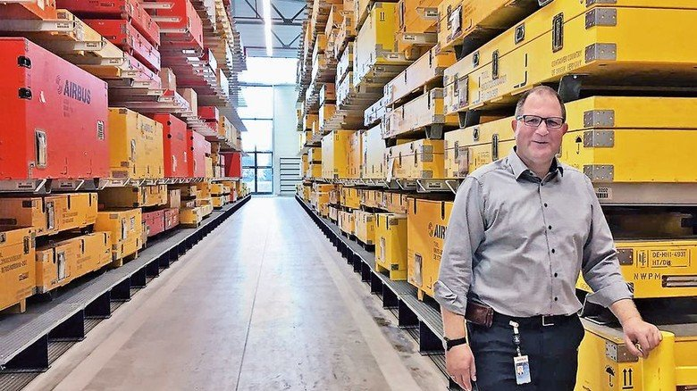 Im Job: Der gelernte Flugzeugmechaniker leitet ein Logistik-Team bei Airbus in Hamburg-Fuhlsbüttel. Foto: privat