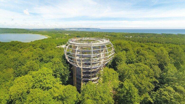 Lehrreicher Kletterspaß: Der 40 Meter hohe Holzturm nördlich von Binz ist das Herzstück eines 1.200 Meter langen Pfades über den Baumwipfeln der Ostsee-Insel.