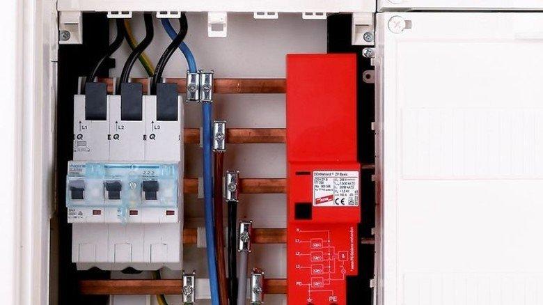 Gut behütet: Der rote Ableiter im Zählerkasten wacht über die Elektrogeräte im Haus. Foto: Werk
