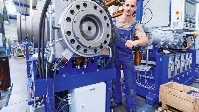 Ein Extruder vor der Übergabe: Tom Baumann prüft die Maschine, bevor sie dem Kunden vorgeführt wird und dann nach Ungarn geht. Foto: Sturm