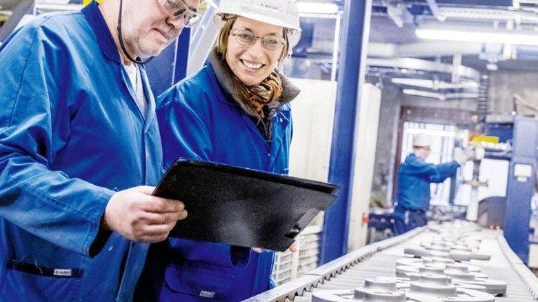 Fehlern auf der Spur: Kristin Müller, Leiterin Fertigungsprüfung bei der Gießerei M. Busch, mit ihrem Teamkollegen Heinz Heers. Foto: Roth