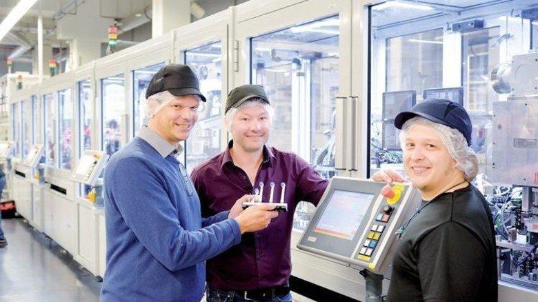 Wettbewerbsfähig: Werkchef Henrik Teichmann (links) ist stolz auf den hohen Standard. Foto: Scheffler