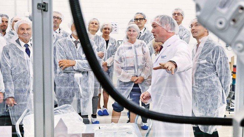 Mit Haarnetz und Humor: Christoph Hauschka (rechts) führt die Gäste durch das Werk. Foto: Deutsch