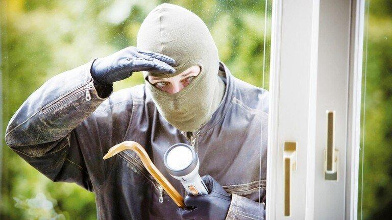 Kein gern gesehener Gast... Gut, dass es clevere Technik gibt, die vor Einbrechern schützen kann.
