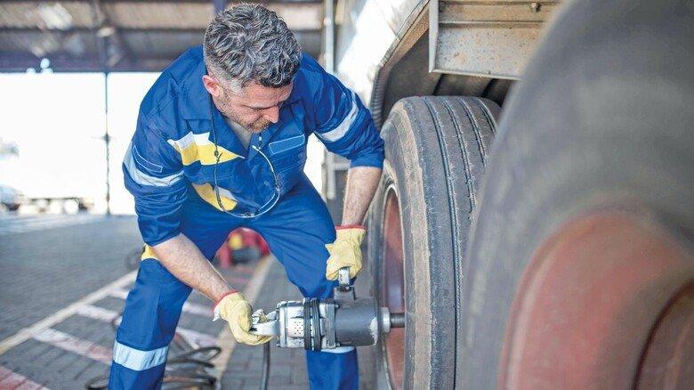Muskeln gefordert: Ein Trucker bereitet einen Reifenwechsel vor.
