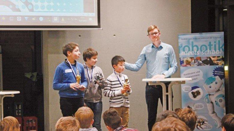 """Siegerehrung: Es gab neben Pokal und Urkunde einen Gutschein des Schülerclubs """"nordbord"""". Foto: TUHH/Böttcher"""