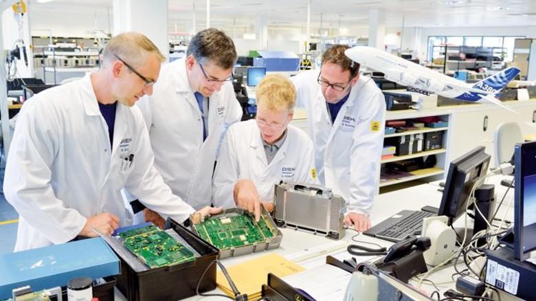 Entwicklungsarbeit: Diskussion über das neue Cockpit Display System CDS. Foto: Scheffler