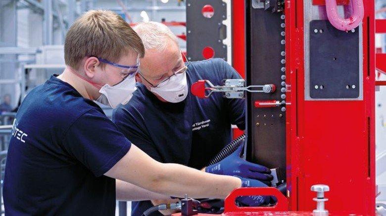 Ergonomisch: Die roten Montagerahmen sind eine große Hilfe bei der Bearbeitung der Flugzeug-Türrahmen. Foto: Premium Aerotec