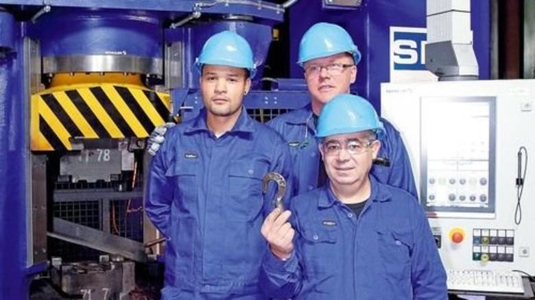 Schmiedeprofis: Veltri Edilson, Martin Frottner und Fraziano Carmelo (von links) arbeiten mit der innovativen Technik. Foto: Werk
