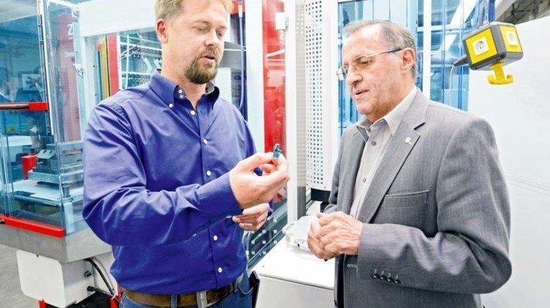 Fachsimpeln über Kunststoffteile: Werkzeugbau-Meister Michael Andera (links) und der ehemalige Meister Andreas Endes. Foto: Sturm