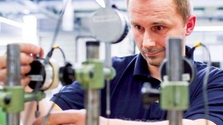 Hoher Aufwand: In der Fertigung von Stüken prüft Dennis Rost die produzierten Teile. Foto: Bahlo