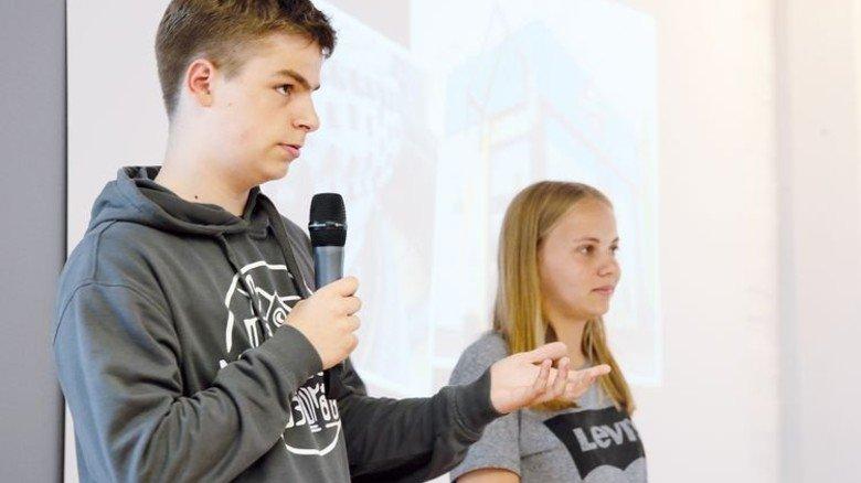 """Erklären ihr Marketing: Felix Janetzek und Ronja Lange von der Junior-Firma """"Lemallem."""" Foto: Gossmann"""