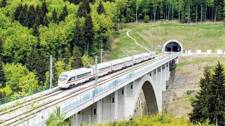 Verbindend: Die ICE-Trasse von München nach Berlin mit ihren 27 Tunneln und 37 Talbrücken bringt die Menschen aus Ost und West näher zusammen.