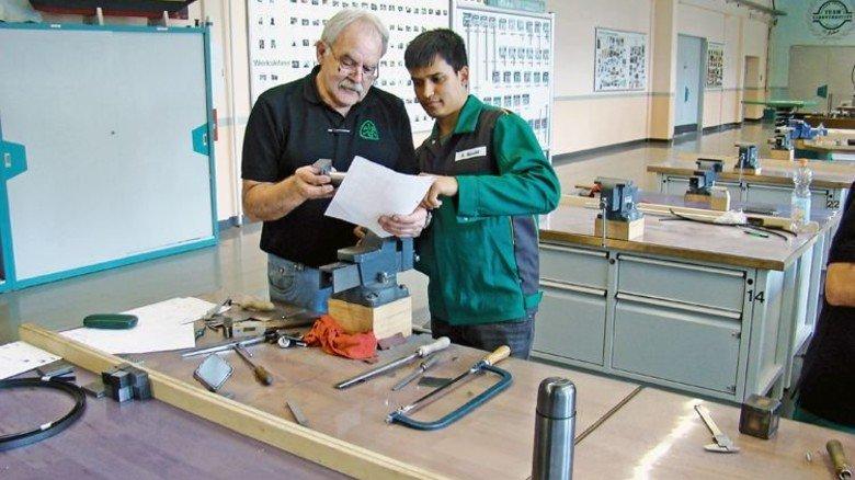 Alter Hase:  Ausbilder Norbert Rother ist für das Projekt aus dem  Ruhestand zurückgekommen. Foto: ABC