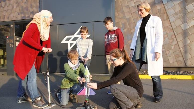 Startklar: Kinder und Jugendliche bauen eine Rakete. Foto: GuS