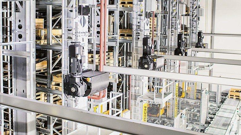 Das Hochregal: Hier gibt es über 21.000 Stellplätze, auf denen größere Teile wie Paletten und Gitterboxen eingelagert werden. Die Anlage ist rund 30 Meter hoch.