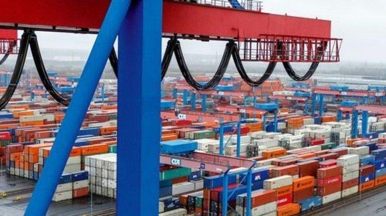 Wie Legosteine: Blick auf den endlos scheinenden Lagerplatz voller Container. Foto: Roth