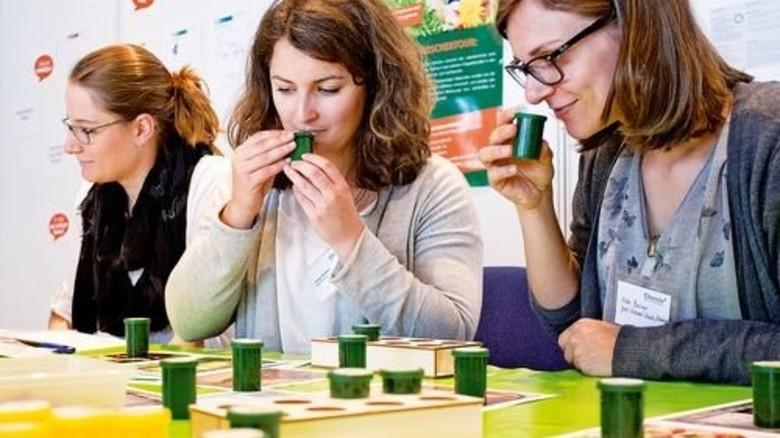 Mal schnuppern, bitte: Die Pädagogen erfahren, wie sie sich schnell Düfte einprägen. Foto: Chemie BW/Regenscheit