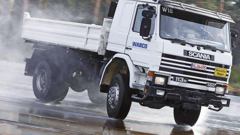 Rutschige Piste: Die Bremse denkt mit und entlastet den Fahrer. Foto: Arp