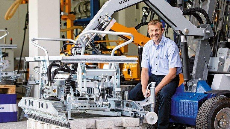Innovation: Vertriebsleiter Holger Merholz zeigt die elektrische Pflasterverlegemaschine.
