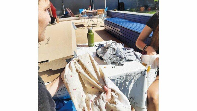 An der Textilstation: Die zerrissene Tasche lässt sich problemlos flicken.