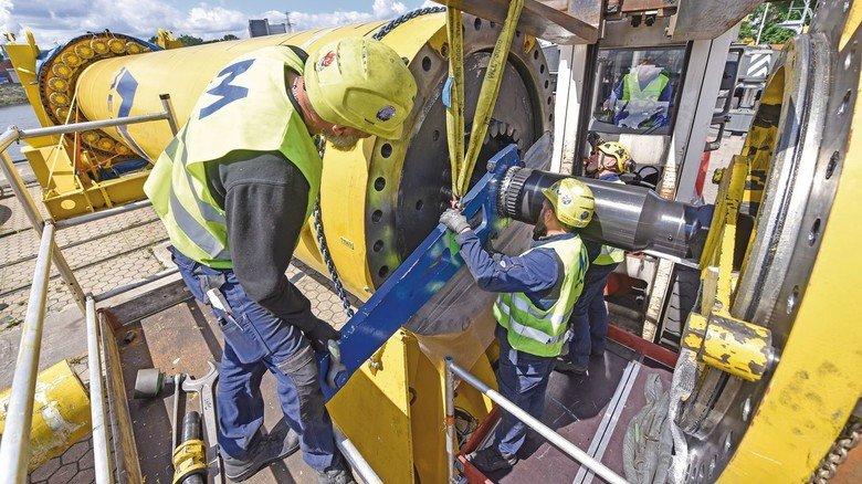 Montage: Am Kai im Harburger Hafen wird ein Hydraulikhammer von Menck zusammengesetzt.