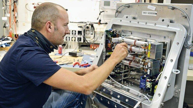 Montage: Techniker Marko Kolditz arbeitet an einem Gasanalysegerät für den Feldeinsatz.