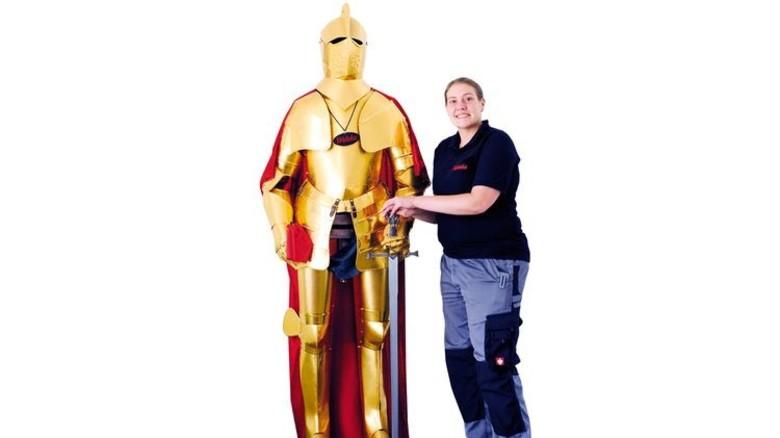 Glänzender Geselle: Anja Ams mit der Rüstung, die ihr Arbeitgeber vergoldet hat. Foto: Wirtz