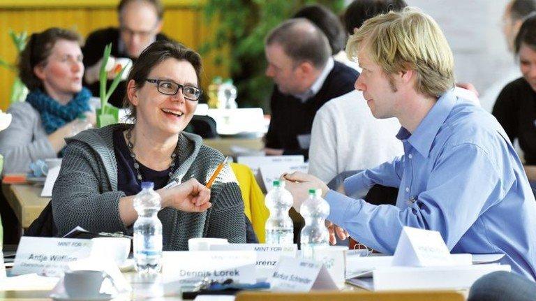 """Kennenlernen bei """"Mint for Ing"""": Bei dem Termin im Bremer Landesinstitut für Schule (LiS) trafen sich insgesamt 20 Teams aus Pädagogen und Ingenieuren, um das weitere Vorgehen abzustimmen. Foto: Christian Augustin"""