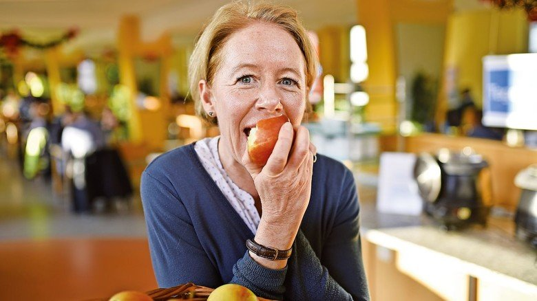 In der Kantine: Personalreferentin Inga Wachtmann mit einem Apfel aus dem täglichen Obstkorb.