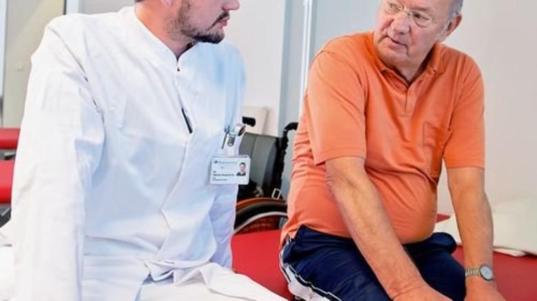 Im Zwiegespräch: Arzt Dennis Grasmücke gibt Feedback. Foto: Straßmeier
