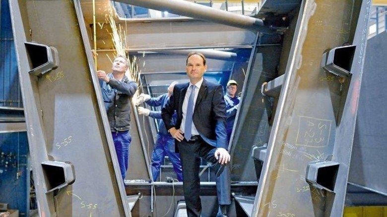Steht auf Stahl: Oliver Stein mit Mitarbeitern in einem Brückentrog. Foto: Scheffler