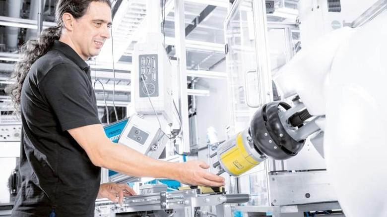 Arbeitsalltag bei Festo: Roboter sind für die Belegschaft nicht Konkurrent, sondern Helfer. Foto: Werk