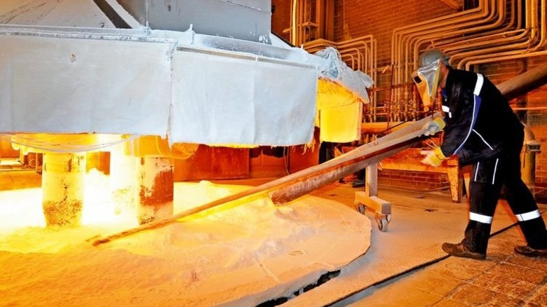 Heißer Arbeitsplatz: Im Lichtbogenofen wird aus Tonerde Korund geschmolzen. Foto: Sigwart