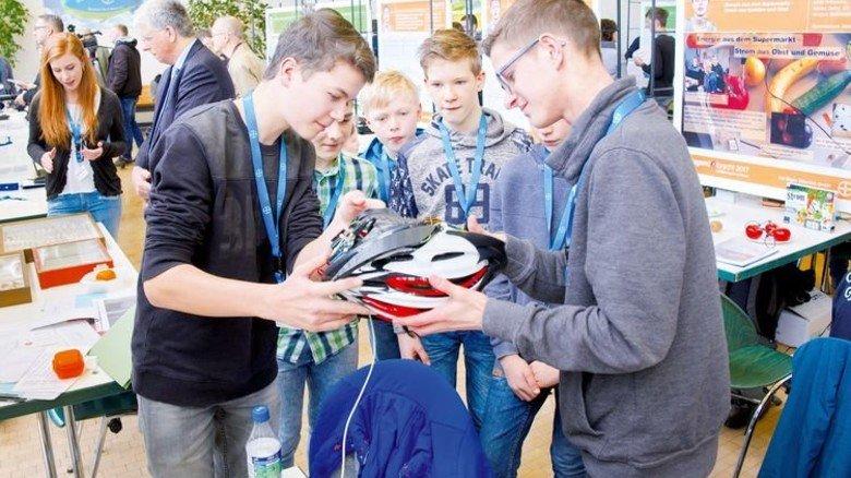 Coole Sache: Schüler interessieren sich für einen Fahrradhelm mit Blinkern. Foto: Deutsch
