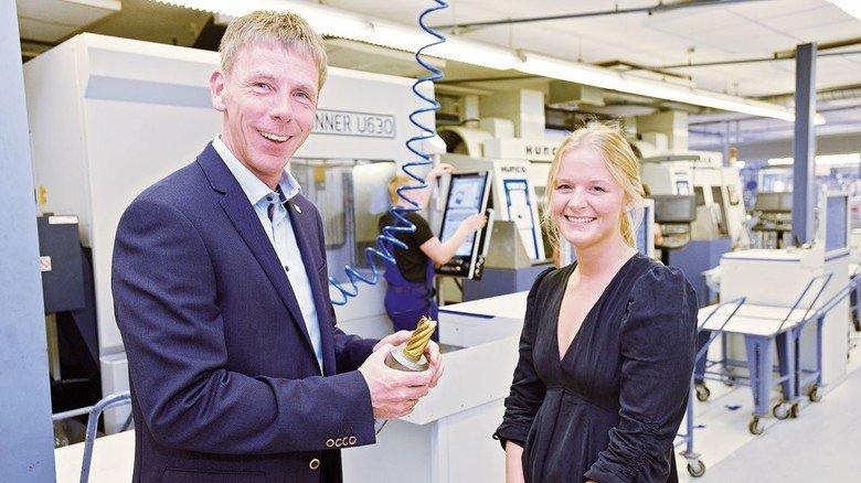 In der Heimat: Tamara Lorenz und Ausbildungsleiter Steffen Stippl tauschen sich in der Homag-Zentrale in Schopfloch aus.