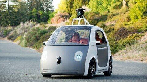 2015: Googles selbstfahrendes Auto verlässt die Teststrecke und orientiert sich mittels gespeicherter digitaler Karten.