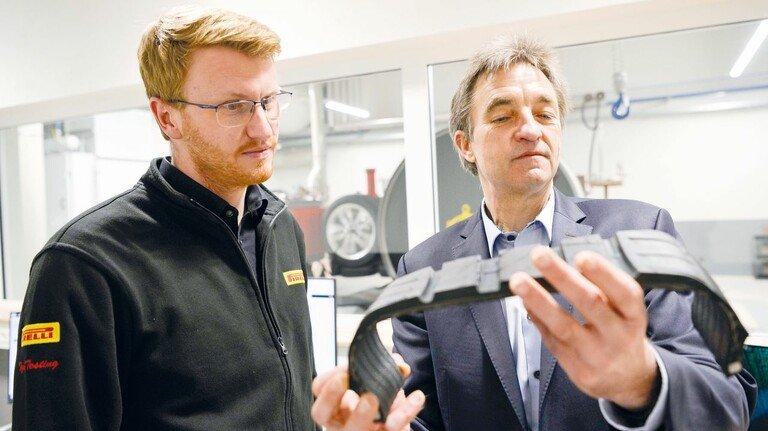 Begutachten ein Profil: Techniker Philipp Meyer (links) und Entwicklungschef Thomas Michel arbeiten an Reifen für E-Autos.