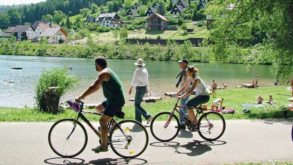 Rundum schön: In der Nagoltalsperre kann man schwimmen und drum herum spazieren oder radeln.