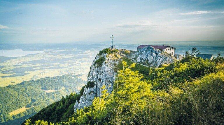 Die Aussichtsterrasse auf dem Hochfelln lohnt sich als Ausflugsziel für eine Tour auf dem Salzalpensteig.