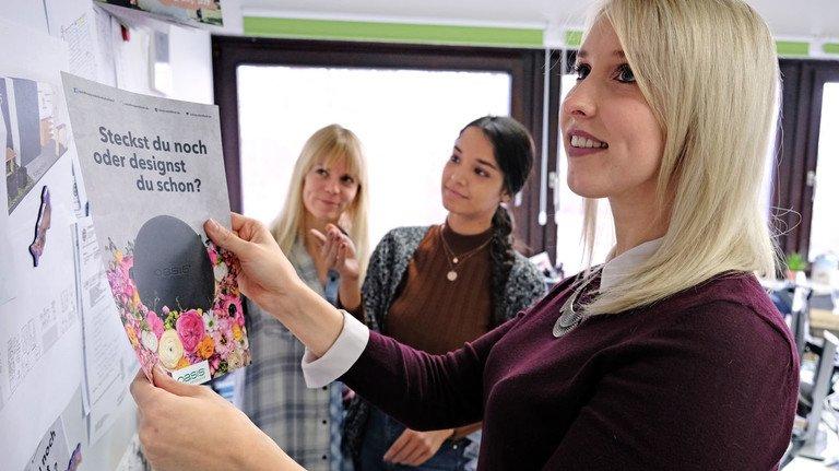 Kommt das gut an? Im Team bespricht Lisa Roos (vorne) ihre kreativen Ideen für das Internet.