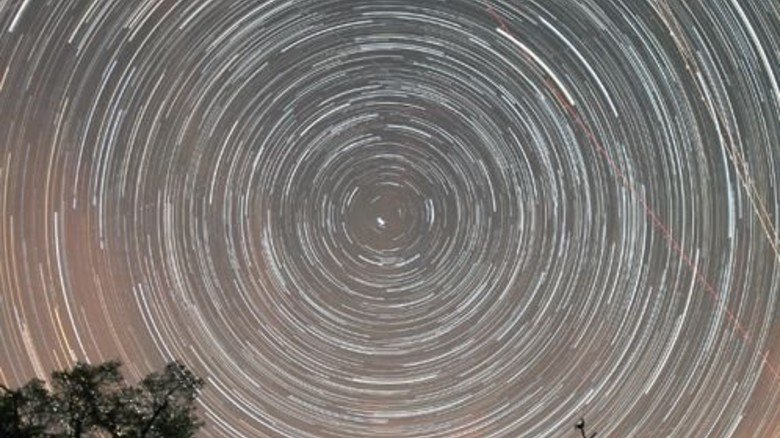Hunderte Fotos digital zusammengesetzt: Sternspuren über der Kirche in Wollseifen (Eifel). Foto: Bardenhagen