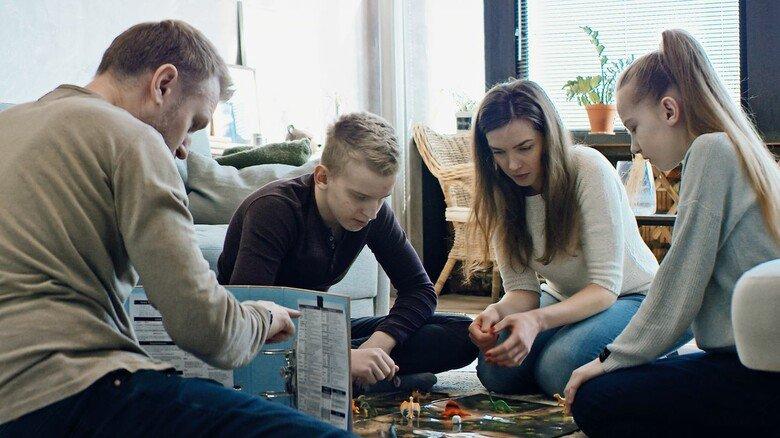 Kurzweilig: Familie beim Gesellschaftsspiel.