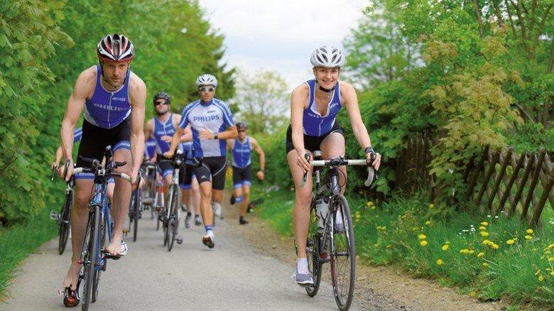 Koppeltraining: Im Traingslager im Harz üben die Philips- Triathleten Hendrik Ohagen und Caroline Lippe den schnellen Übergang vom Radfahren zum Laufen – und umgekehrt. Foto: Augustin