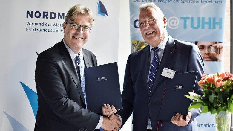 Vertrag unterzeichnet: TUHH-Präsident Ed Brinksma (links) und Nordmetall-Präsident Thomas Lambusch. Foto: TUHH