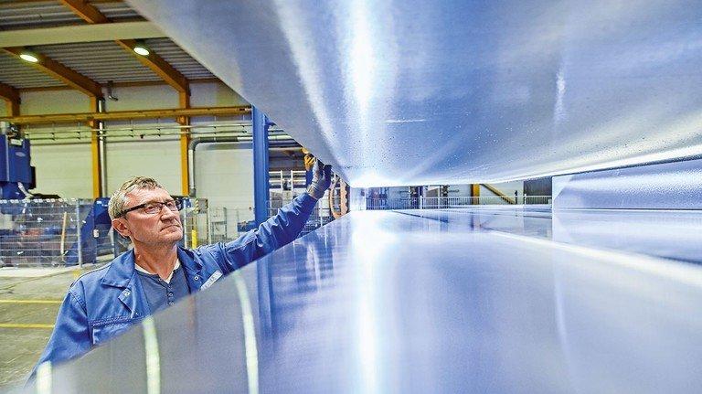 Gewichtiges Leichtmetall: Die größten Aluminium-Barren, die bei Gleich zu Platten zersägt werden, sind rund vier Meter lang.