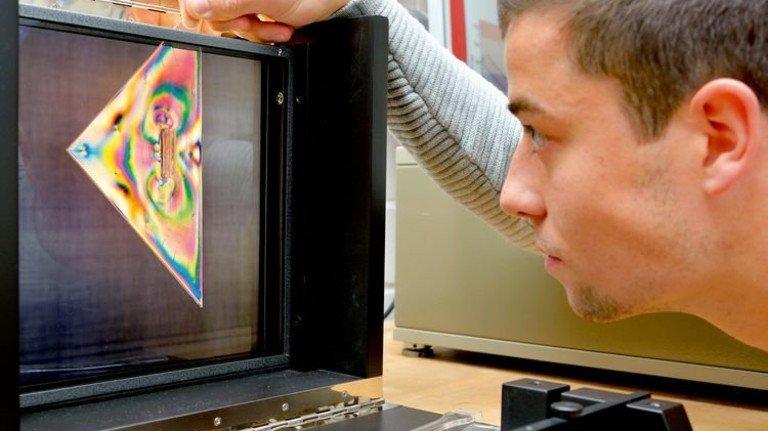 So macht Lernen Spaß: Ein Student prüft die Eigenspannung von Kunststoffen. Foto: Scheffler
