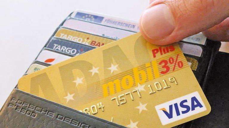 Praktisches Plastik: Kreditkarten gibt's in vielerlei Varianten. Foto: Roth